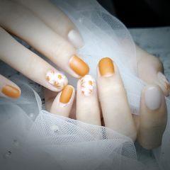黄色圆形夏天磨砂跳色上班族短指甲花朵白色手绘美甲图片