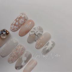 裸色银色橙色圆形晕染新娘花朵磨砂跳色粉色白色客人是23岁的新娘  根据她的妆面和婚纱给她设计了这款婚甲 区别开常用的白色调选择桃粉色为整甲的主调 更加的甜美活泼  水彩和胶的结合总会令人get到惊喜 蝴蝶结是用雕花粉调出来冰白色特意做出飘逸的手工感与大手指的随意相呼应 实物真是很美好 可惜拍照能力有限 客人全手是光疗延长+款式 这个不是穿戴甲 是给客人设计的样甲☺️美甲图片