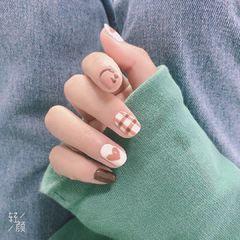裸色圆形短指甲手绘美甲图片