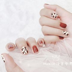 红色方形跳色短指甲豹纹美甲图片