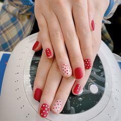 酒红色圆形短指甲波点跳色美甲图片