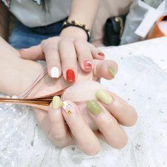 黄色绿色酒红色方形波点短指甲两个人的手合在一起拍的美甲图片