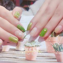 绿色方圆形短指甲上班族金箔晕染贝壳片简约美甲图片