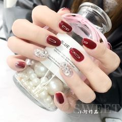 酒红色圆形上班族大指头后缘加了一排小珍珠美甲图片