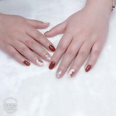 裸色短指甲简约贝壳片金箔花朵线条秋冬手绘美甲图片