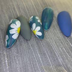 蓝色彩绘小香风美甲图片