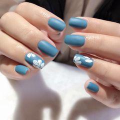 蓝色方圆形磨砂花朵简约手绘美甲图片