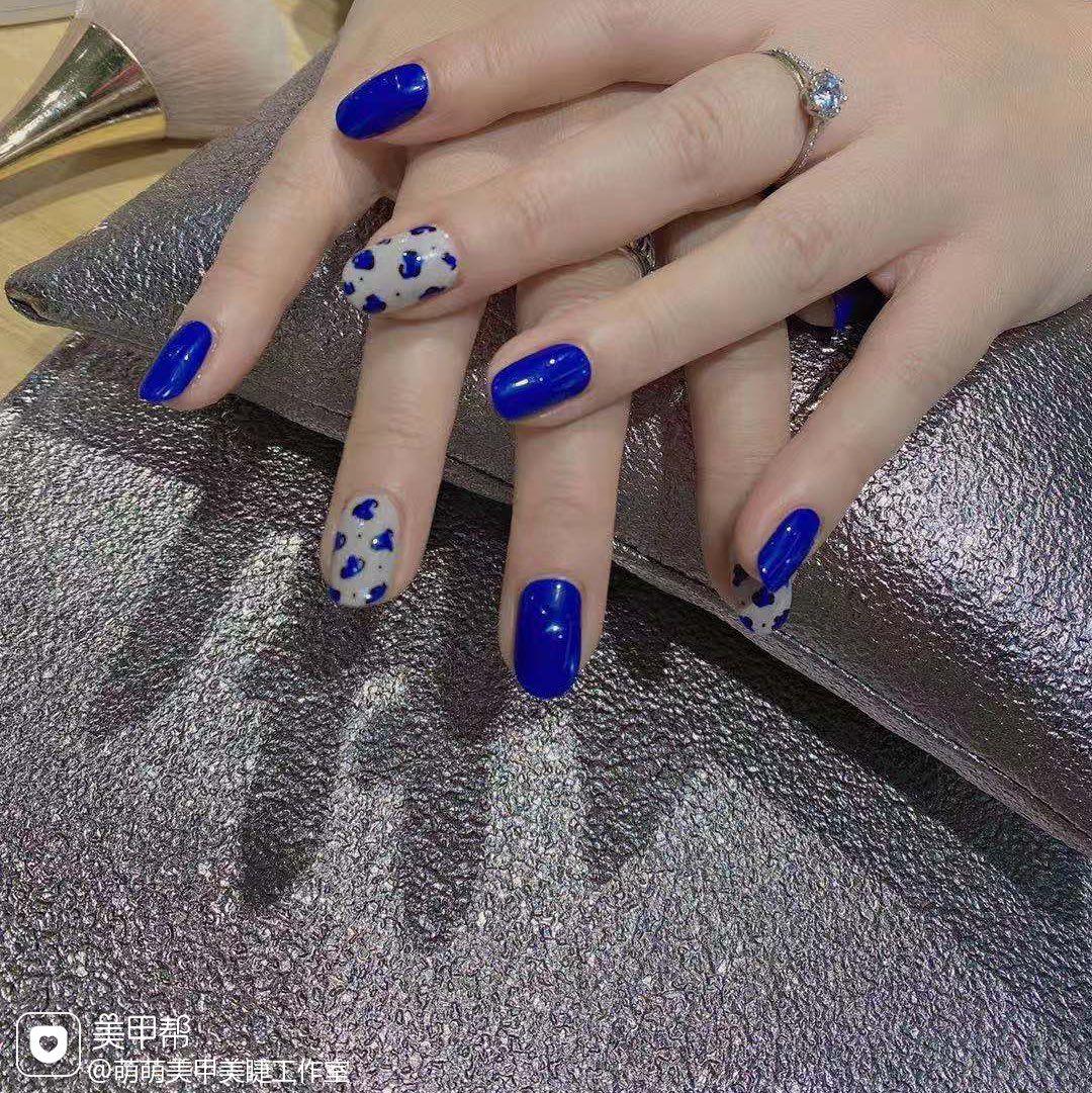 蓝色圆形豹纹美甲图片