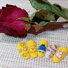 黄色裸色圆形可爱手绘维尼熊系列美甲图片
