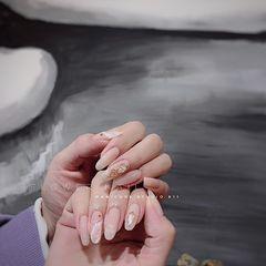 裸色圆形贝壳片新娘简约晕染金箔美甲图片