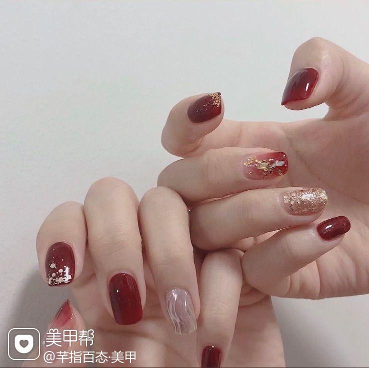 红色短指甲简约跳色金箔贝壳片渐变水波纹美甲图片