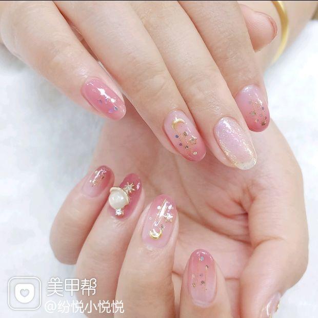 渐变粉色冬日星空系列美甲 星月甲的感觉就像仙女 整个少女心❤爆棚 透透的淡色系真的超级水嫩 底色换乳白色也是很好看的呢 美甲图片