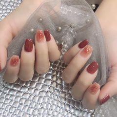 红色方形简约金箔跳色晕染新年美甲图片