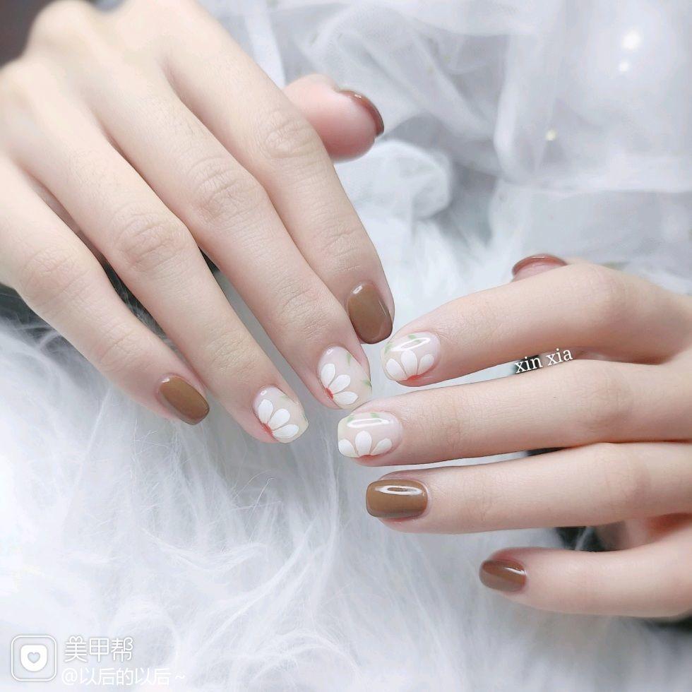 方圆形短指甲上班族花朵手绘美甲图片