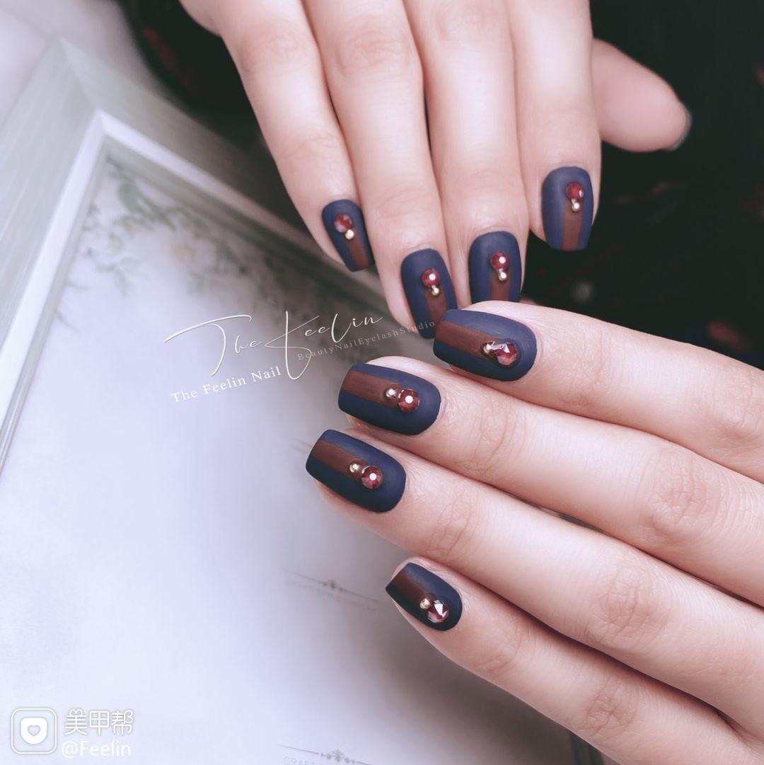 蓝色酒红色方圆形磨砂短指甲简约日式施华洛世奇美甲图片