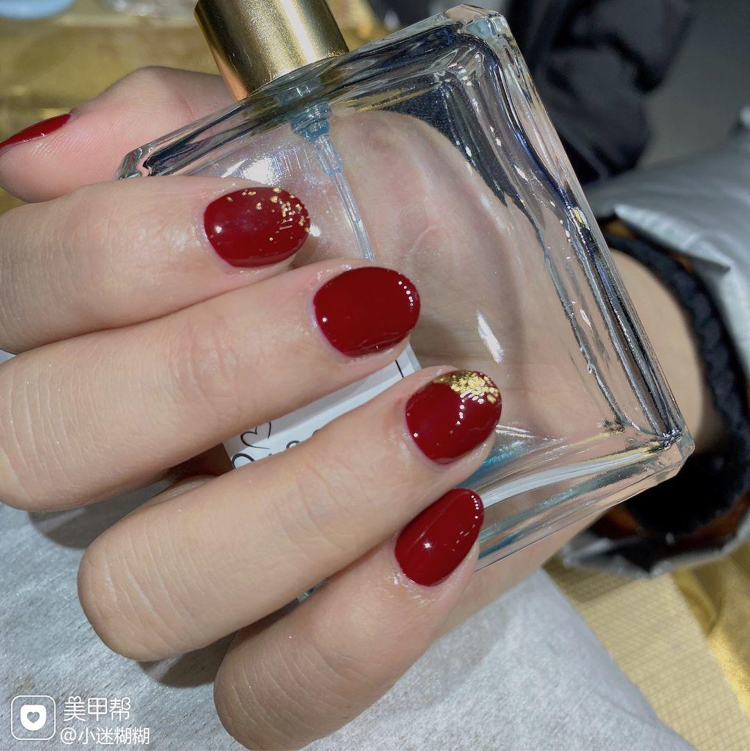 红色酒红色圆形短指甲上班族金箔美甲图片