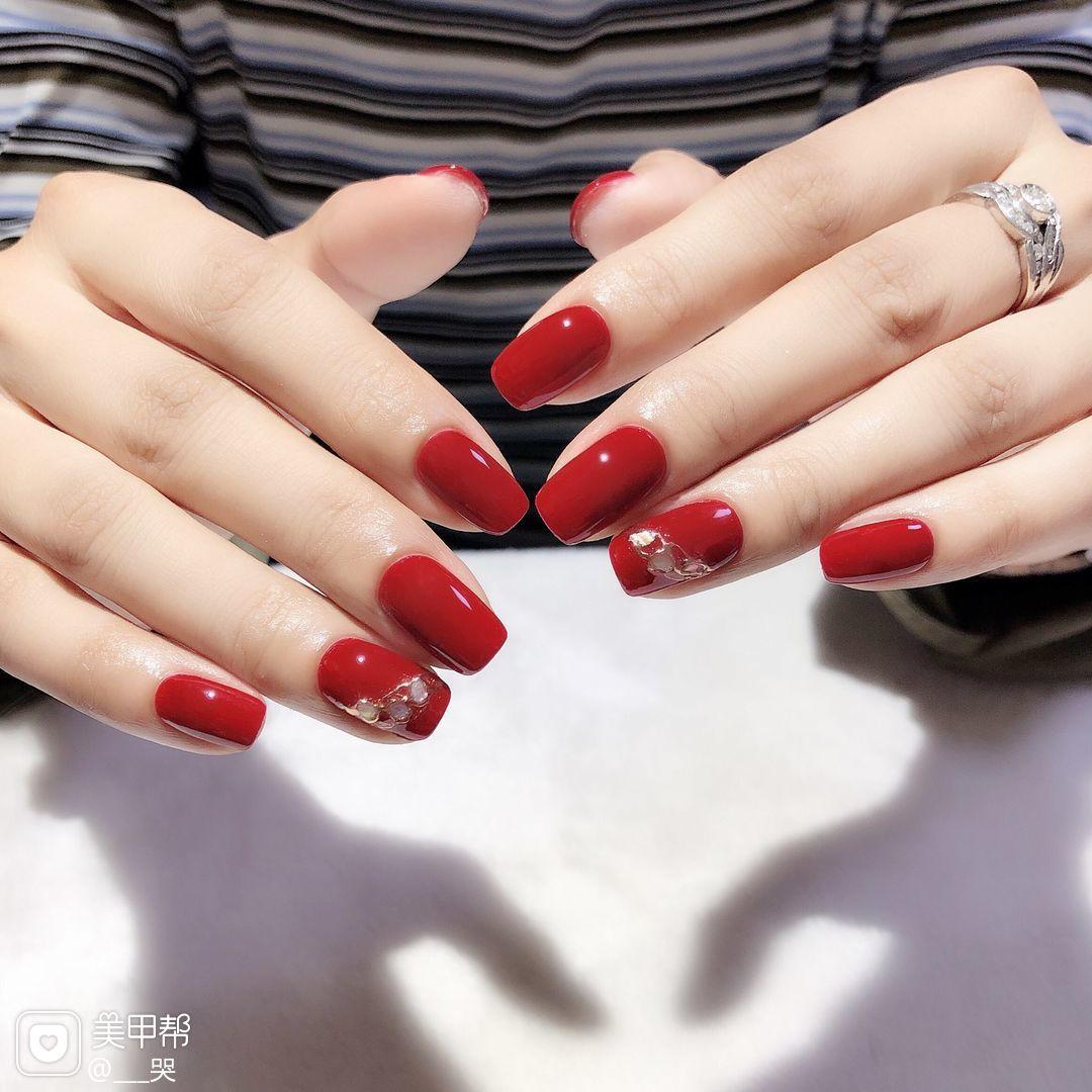 红色方形短指甲贝壳片简约魔镜粉美甲图片