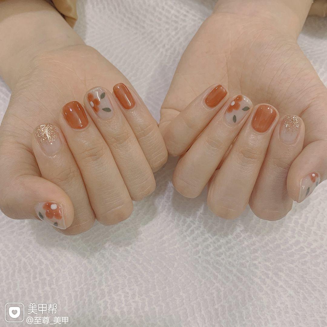 红色裸色方圆形花朵简约手绘日式美甲图片
