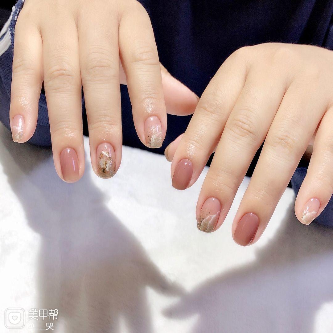 裸色方圆形渐变金箔贝壳片晕染短指甲上班族美甲图片