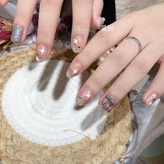 裸色圆形夏天短指甲白色星星美甲图片
