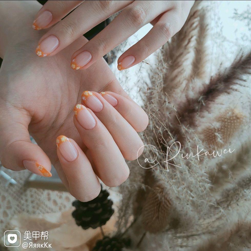橙色圆形短指甲上班族夏天简约花朵美甲图片