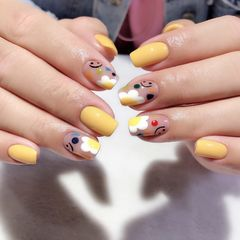 黄色方圆形短指甲跳色夏天花朵手绘美甲图片