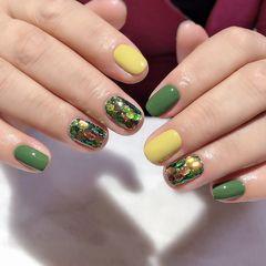 黄色绿色方圆形短指甲简约夏天跳色亮片美甲图片