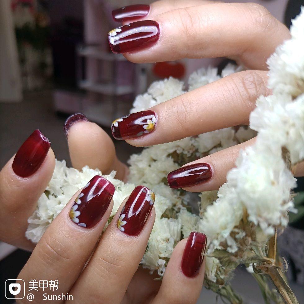 酒红色方圆形花朵美甲图片