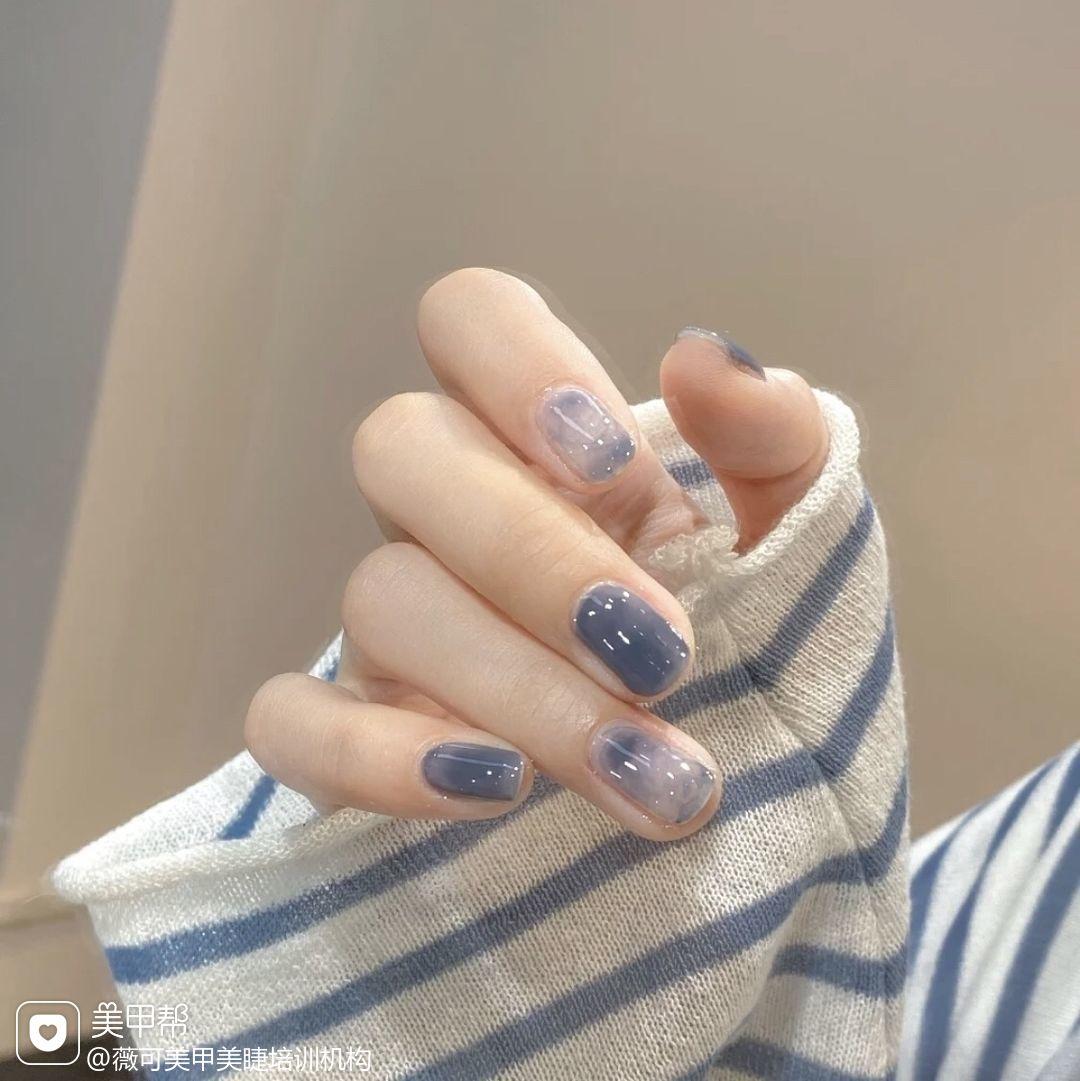 蓝色方形夏天短指甲上班族简约跳色晕染美甲图片