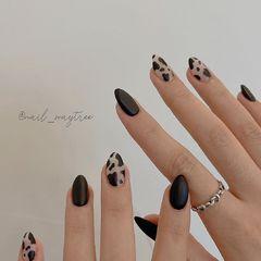 裸色尖形磨砂黑色动物纹美甲图片
