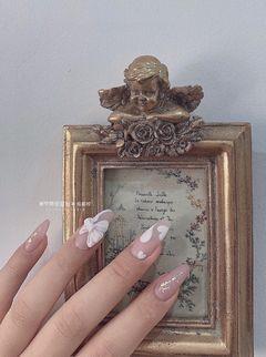白色蝴蝶结雕花心形美甲图片