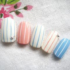 蓝色粉色白色圆形简约线条美甲图片