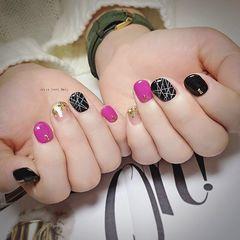 粉色黑色手绘线条圆形美甲图片