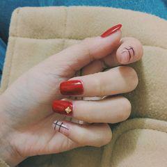 红色简约方圆形线条美甲图片
