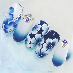 圆形蓝色白色渐变手绘花朵钻日式美甲图片