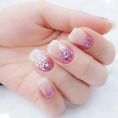 方圆形粉色白色钻渐变雪花新年美甲图片