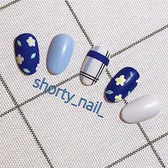 圆形蓝色白色手绘花朵线条美甲图片
