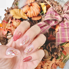 圆形红色裸色贝壳片金箔新娘美甲图片