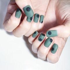 方圆形绿色黑色波点磨砂美甲图片