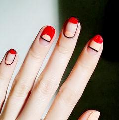 圆形红色裸色线条包边简约美甲图片