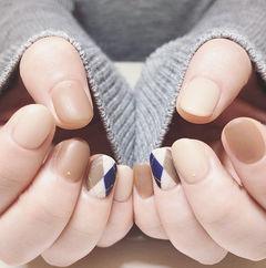 圆形裸色蓝色手绘菱形磨砂美甲图片