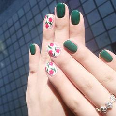 圆形绿色白色粉色手绘花朵美甲图片