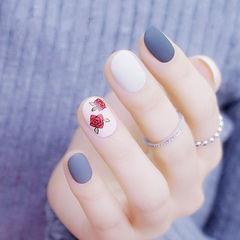 圆形白色灰色红色手绘花朵磨砂跳色美甲图片