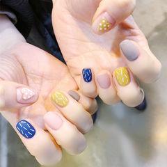 方圆形蓝色黄色裸色心形线条跳色磨砂学生美甲图片