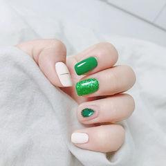 方圆形绿色白色金银线钻跳色美甲图片