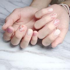 方圆形粉色白色手绘晕染美甲图片