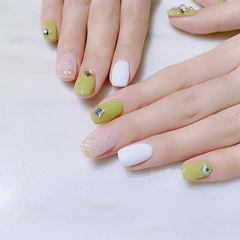 方圆形裸色白色绿色钻跳色美甲图片