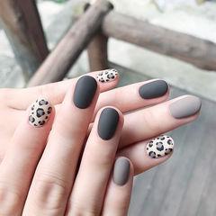圆形黑色灰色手绘豹纹磨砂美甲图片