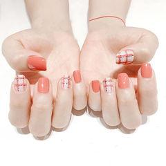 方圆形白色粉色线条格子美甲图片