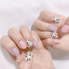 圆形粉色紫色白色手绘豹纹磨砂跳色美甲图片